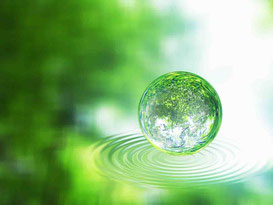 問合せをイメージした水面に輝く緑のボール