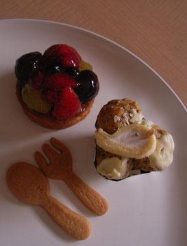 季節のトルテは大きく、そして手前は紅茶とホワイトチョコレートのプロフィットロール