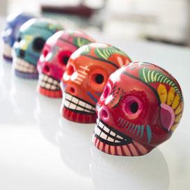 schatzsuche kindergeburtstag schminken lernen herbst saisonales halloween party Bunt verzierte Totenschädel zu Ehren der Toten