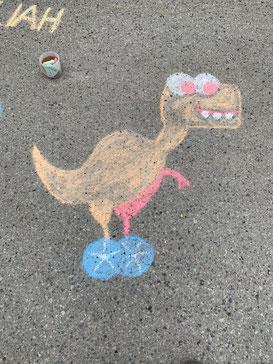 """Unser """"Dino"""" als Schrassenmalerei auf der Campingstrasse."""
