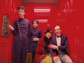 Tilda Swinton et Ralph Fiennes, à droite, et Tony Revolori, au fond (©20th Century Fox)