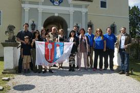 Familienmitglieder mit dem jungen Schlossherren Alexander Bardeau vor Schloss Kornberg