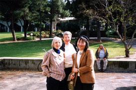 キブツの庭で「二人のアリサさん」と。左がアリサ・シラーさん、真ん中がアリサ・シェックさん