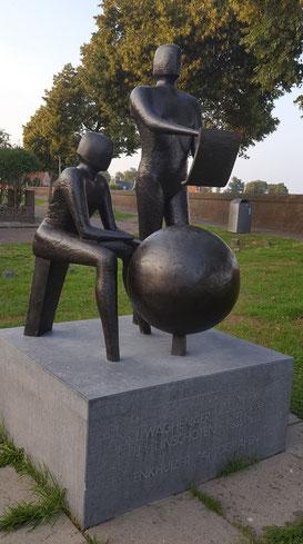 Monument voor Jan Huygen van Linschoten en Lucas Waghenaer, Enkhuizen. (eigen foto)