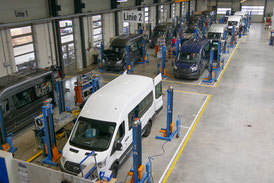 Vehicle construction workshop with line production for large vehicles with WAV conversion