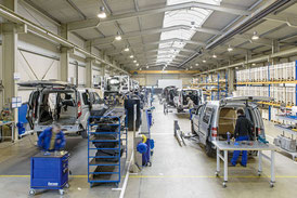 Vehicle construction workshop with line production for vehicles with rear cut floor