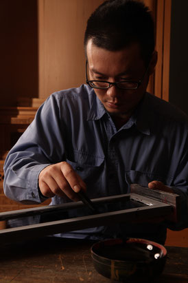 Concentrating on lacquering for Buddhist altar  MasachikaIwasaki