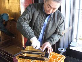 【お仏壇の洗濯・修理】お洗濯仏壇の金具外しではひとつひとつ手作業で金具を外します
