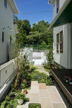砂利とデッキのみのお庭がオーニングと植栽でリゾートガーデンへ
