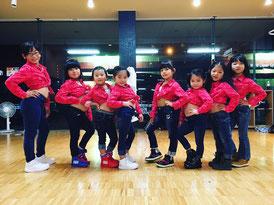ダンスイベントの衣装を着てレッスンを受けるガールズ入門キッズクラスの子供たち