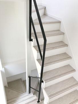 1F〜2F、2F〜3Fの回り階段。特殊な形の階段吹き抜けスチール手すり