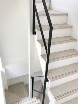 1階〜2階、2階〜3階の廻り階段吹き抜け。特殊な形のアイアン手摺