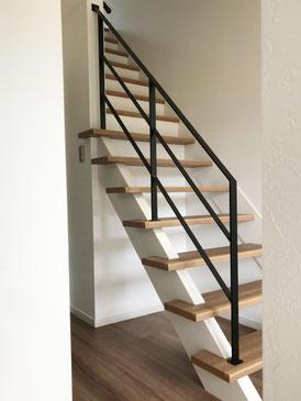 スケルトン階段にアイアン手すり