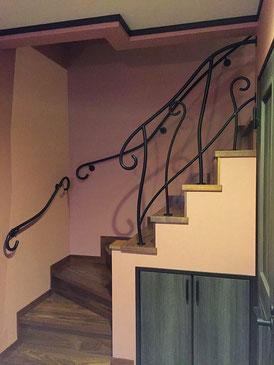 植物の幹のような曲線手すりを階段に