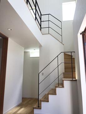 廻り階段〜2階吹き抜け迄一式、スチールのフラットバー手すりフェンス