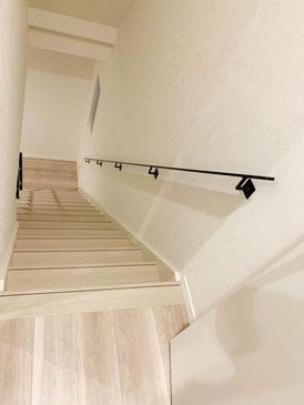 1階から2階までまっすぐ伸びたアイアン手摺