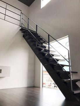 FIX窓とストリップ階段とアイアン手スリ
