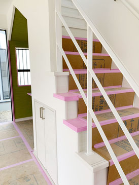 真っ白い階段に白いアイアン手摺