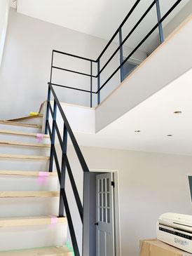 リビング階段から2階吹き抜けをアイアン手摺の落下防止柵