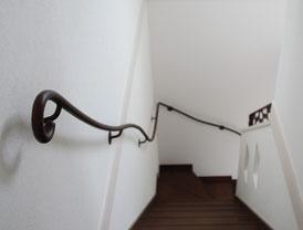 優雅な曲線美アイアン手すりを、あなたのお家の壁に