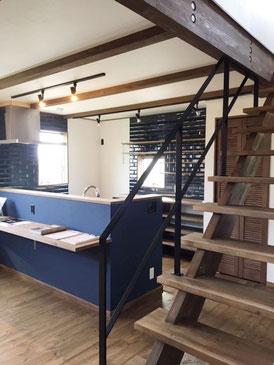 木製スケルトン階段とフラットバー手摺!定番ですね!!