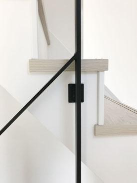 1階〜2階、2F〜3Fの回り階段。特殊な形のアイアン手すり