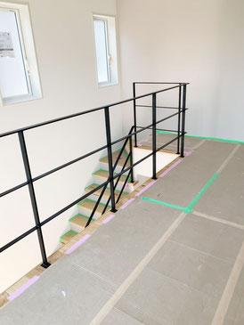 二階から見えるオープン階段と吹き抜けを繋ぐ転落防止スチール柵