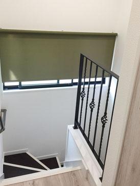 階段内壁を壁の代わりにアイアン手すり!ねじったデザインがステキに演出しています!