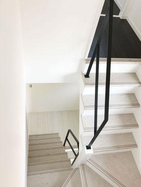 1階〜2階、2階〜3階の回り階段。特殊な形の階段吹き抜けフラットバー手すり