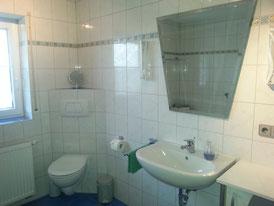 Sanitärbereich mit Dusche & Wanne