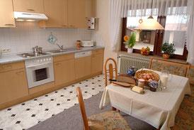 gemütliche Wohnküche Katzenkörbchen