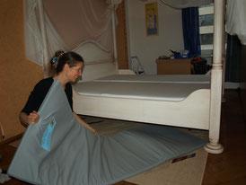 Positionieren der Erdstrahlenschutzmatte unter dem Bett