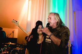 Begrüßung durch den Organisator des Bluesclub, Peter Otten. Danke von uns für die Einladung und den gelungenen Abend in der Sieglinde, Peter!
