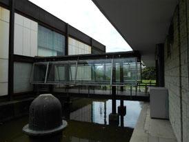 美術館内の鉄骨ブリッジ