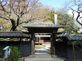 本堂の塀門
