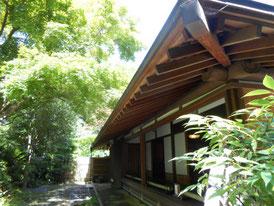 本堂左から、裏手に足利貞氏の墓があるそうです。