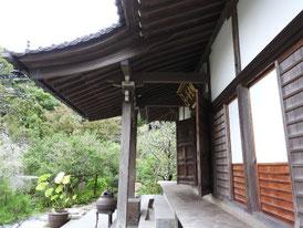 本堂正面の回廊