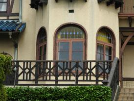 半円窓とバルコニー