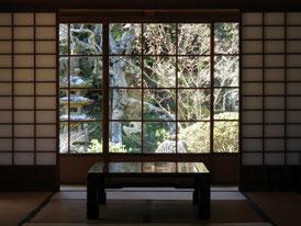 書院から中庭を見る