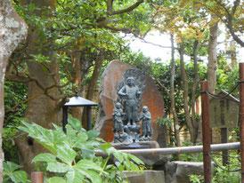 境内の庭園像