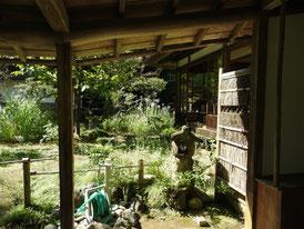 客殿の裏口から中庭へ