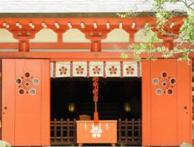 本殿扉の梅の紋章