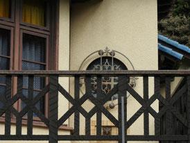 丸窓デザインとバルコニー
