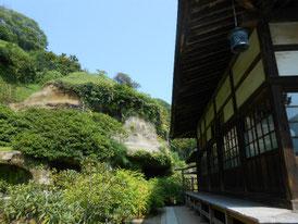 本堂右側の縁側、裏手が寺庭