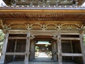 総門から仏殿をみる