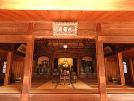 釈迦如来坐像が安置される本堂