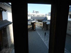 鉄砲狭間から東御門