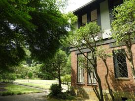 邸右側面からフランス庭園へ