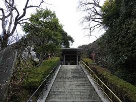 急勾配の石段を上り山門へ