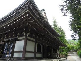 仏殿と唐門への参道